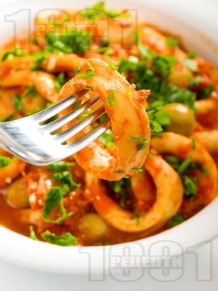 Задушени калмари в доматен сос - снимка на рецептата
